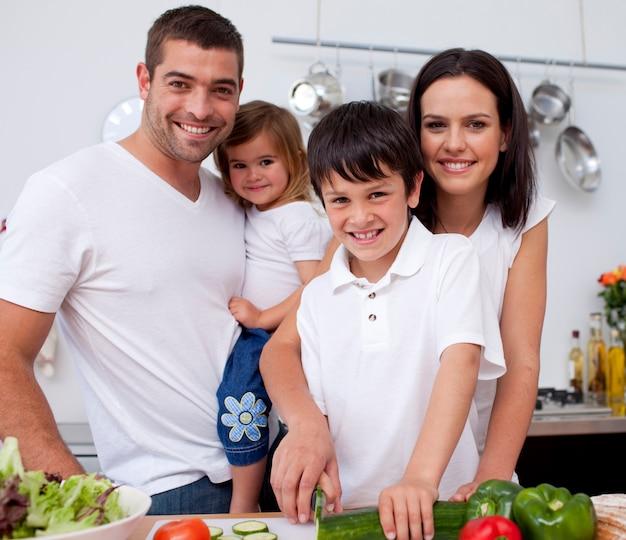 Junge, der lebensmittel mit seiner familie zubereitet