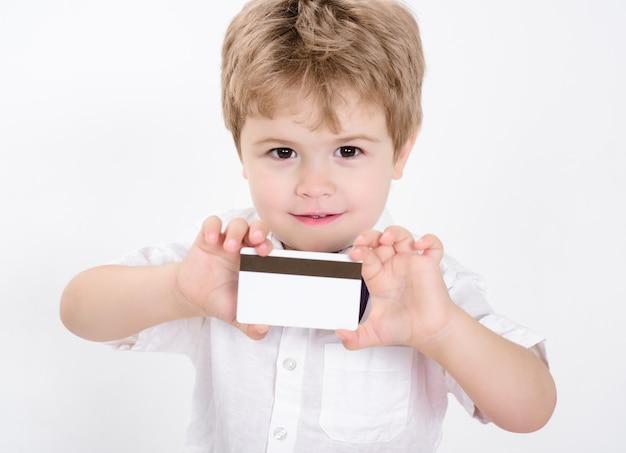 Junge, der leeren kreditkarten-kreditkarten-geldkarten-visitenkartenkopierraum für bankwerbung zeigt