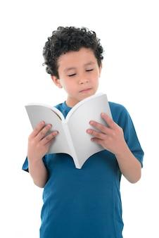 Junge, der mit konzentration liest