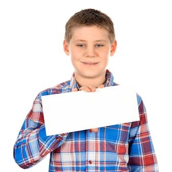 Junge, der mit leerem horizontalem rohling in der hand steht