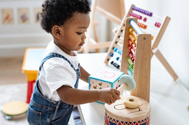 Junge, der mit pädagogischen spielwaren spielt