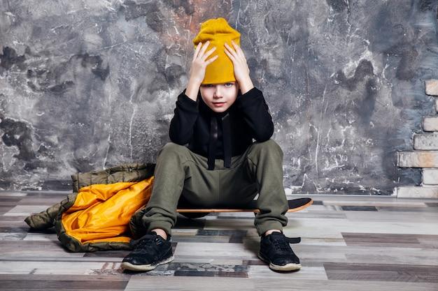 Junge, der mit skateboard aufwirft