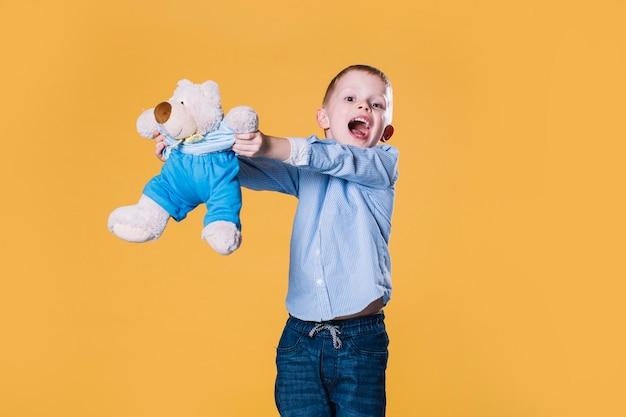 Junge, der mit teddybären legt