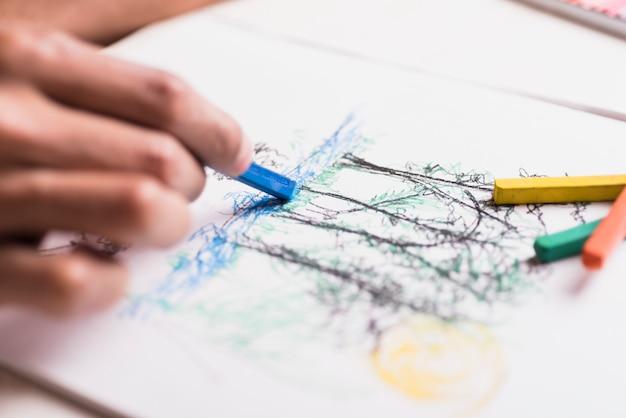 Junge, der mit zeichenstift zeichnet