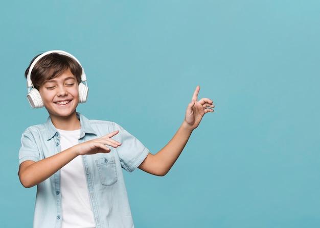 Junge, der musik genießt und tanzt