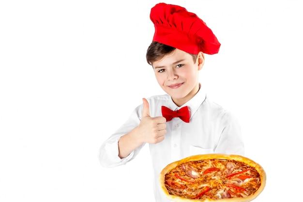 Junge, der pizza lokalisiert hält