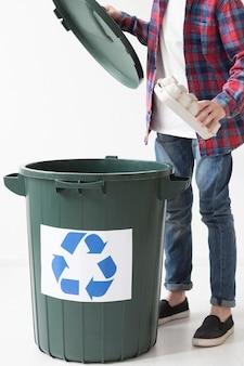 Junge, der produkte recycelt