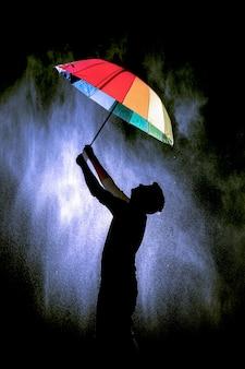 Junge, der regenschirm in der hand hält