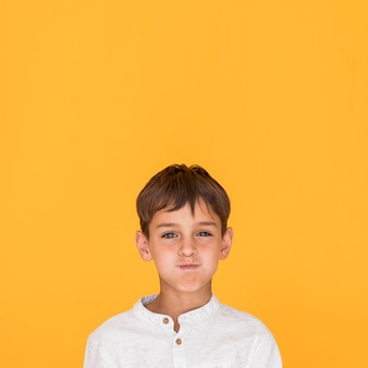 Junge, der seinen atem mit exemplarplatz anhält
