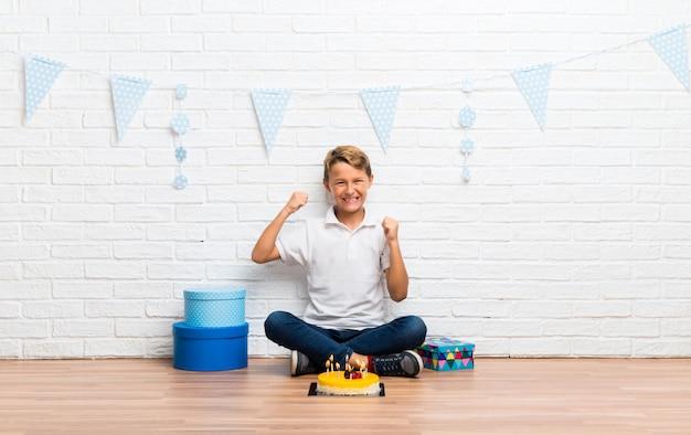 Junge, der seinen geburtstag mit einem kuchen feiert einen sieg feiert