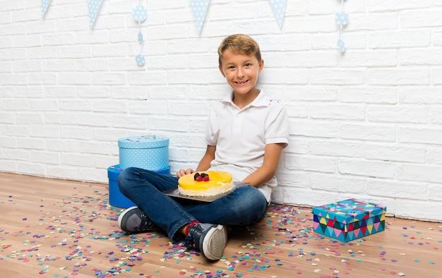Junge, der seinen geburtstag mit einem kuchen feiert