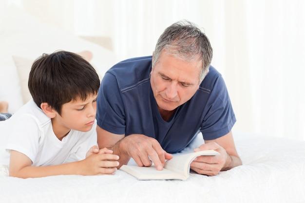 Junge, der seinen großvater hört