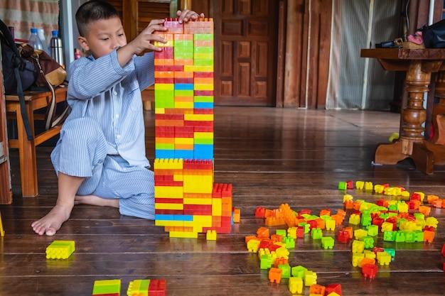 Junge, der spielzeugpuzzlespiel spielt