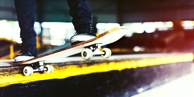 Junge, der sprung-lebensstil-hippie-konzept skateboard fährt