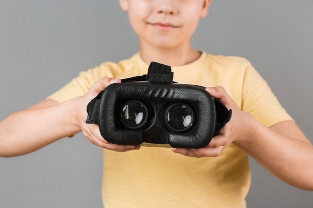 Junge, der virtual-reality-headset hält