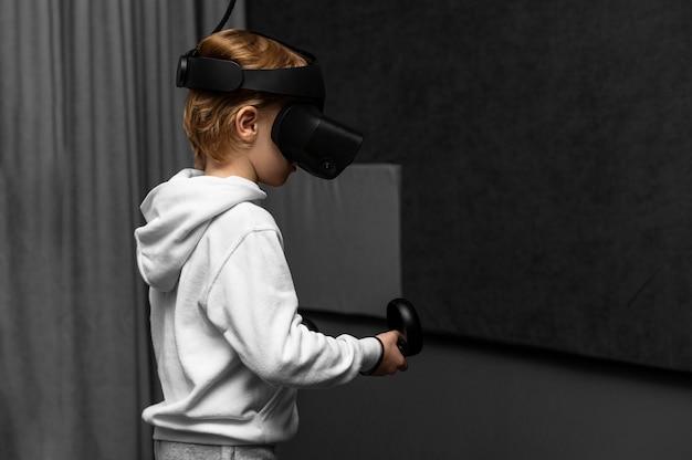Junge, der virtual-reality-headset mit kopierraum verwendet