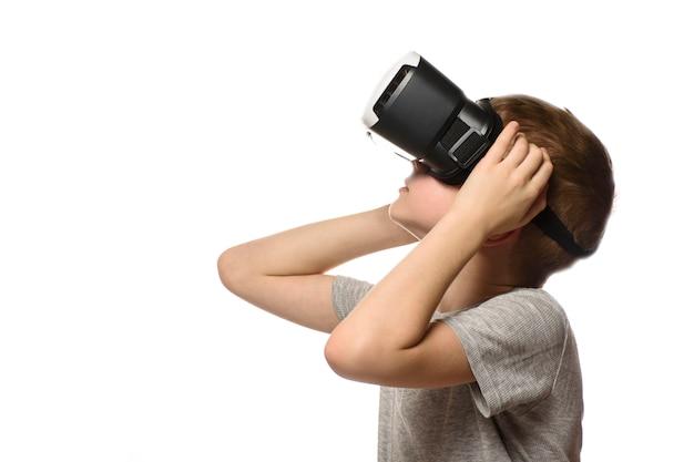 Junge, der virtuelle realität erfährt.