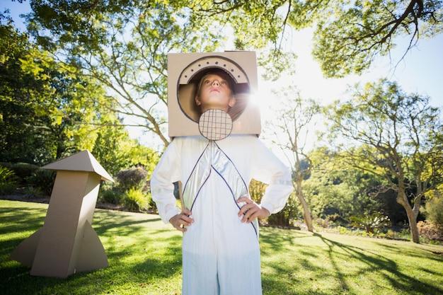 Junge, der vortäuscht, ein astronaut zu sein
