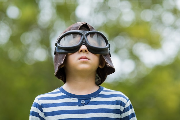 Junge, der vortäuscht, ein luftfahrtpilot zu sein