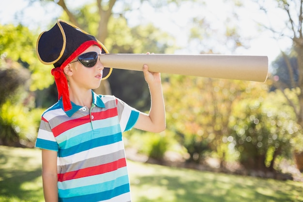 Junge, der vortäuscht, ein pirat zu sein