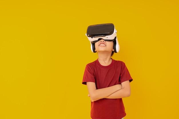 Junge, der vr-gläser trägt und mit wirklicher animation überrascht
