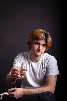 Junge, der whiskyglas hält