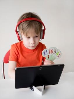 Junge, der zahlen für e-learning-konzept der mathematik hält