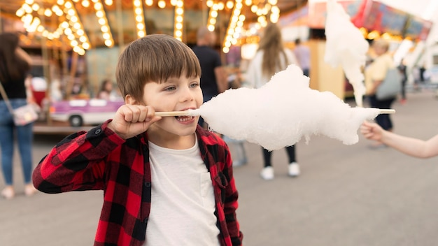 Junge, der zuckerwatte genießt