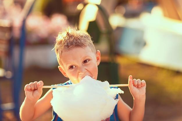 Junge, der zuckerwatte isst