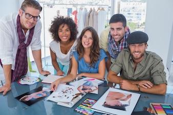 Junge Designer, die an der Kamera lächeln