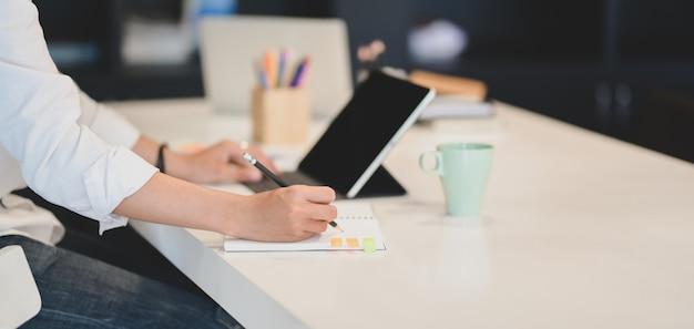 Junge designer-team arbeitet an ihrem konzept zusammen in modernen büro
