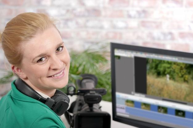 Junge designerin, die computer für videobearbeitung verwendet