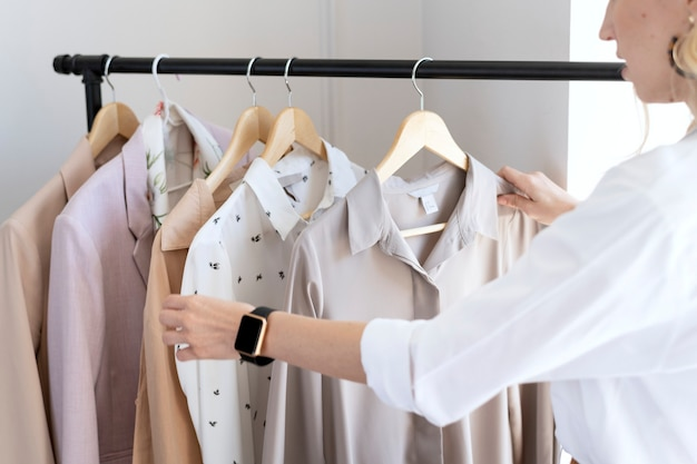 Junge designerin in einer boutique