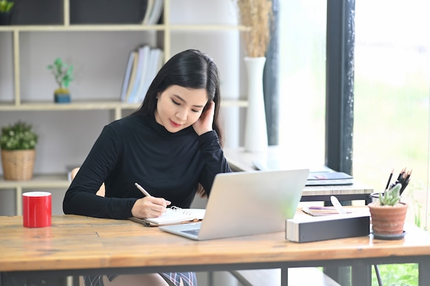 Junge designerin konzentrierte sich auf die arbeit im kreativbüro.