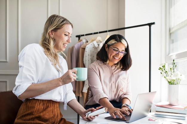 Junge designerinnen in einer boutique