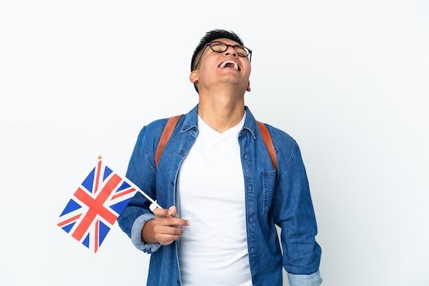 Junge ecuadorianische frau, die eine britische flagge lokalisiert auf weißem wandlachen hält