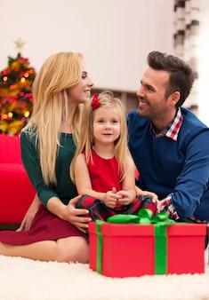Junge ehe mit ihrer tochter, die weihnachten zusammen verbringt