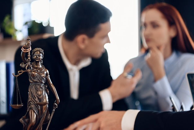 Junge ehepaare, die in der anwaltskanzlei argumentieren