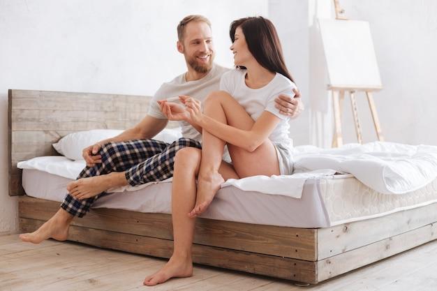 Junge ehepaare trauen ihren augen nicht, nachdem sie herausgefunden haben, dass sie in neun monaten eltern sein werden