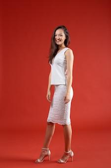 Junge elegante frau, modeatelieraufnahme