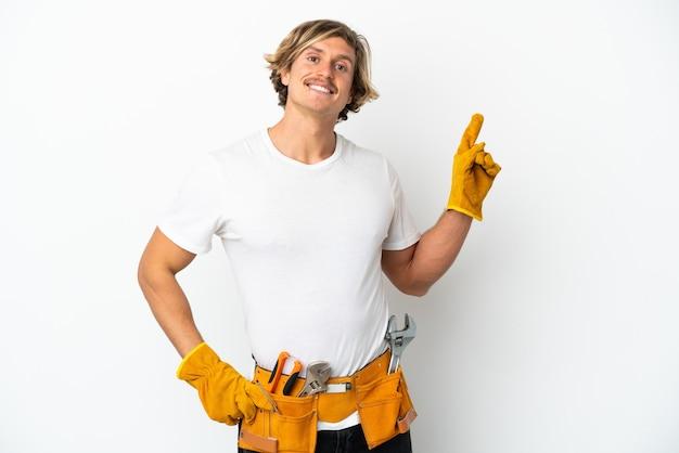 Junge elektriker blonder mann isoliert auf weißem hintergrund zeigt und hebt einen finger im zeichen des besten and