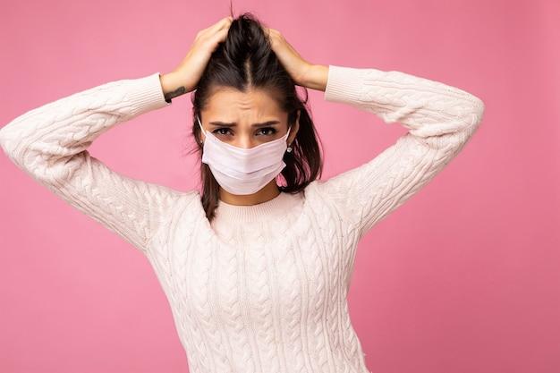 Junge emotionale frau, die eine antivirenschutzmaske trägt, um zu verhindern, dass andere corona covid-19- und sars cov 2-infektion isoliert werden