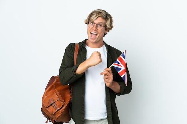 Junge englische frau, die eine britische flagge hält, die einen sieg feiert