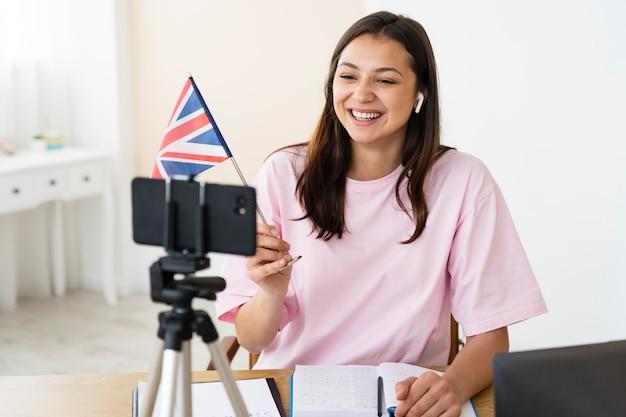 Junge englischlehrerin macht ihren unterricht online