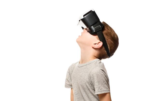 Junge erlebt virtuelle realität und hebt den kopf.