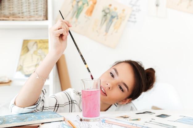 Junge ernsthafte frau mode illustrator zeichnung.