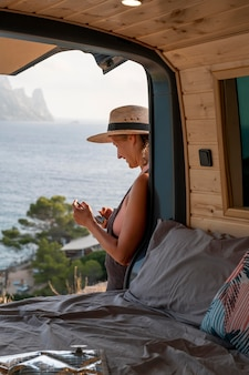 Junge erwachsene, die auf reisen ein digitales gerät verwenden