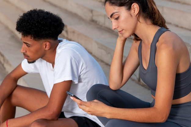 Junge erwachsene machen outdoor-fitness