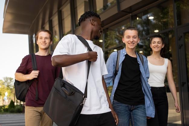 Junge erwachsene treffen sich zum studieren