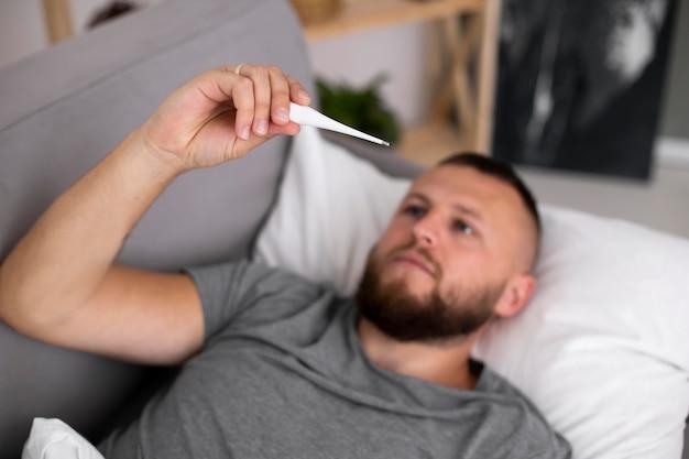 Junge erwachsene zu hause, die an einer krankheit leiden